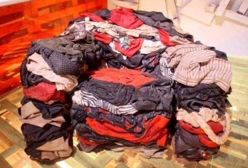 cadeira-com-roupas